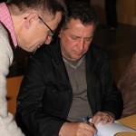 Nach einem Gedankenaustausch signiert Trainer Uli Egen mein Buch (Aufnahme Jörg D. Achenbach)
