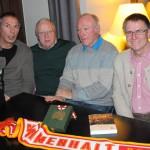 Mit den ehemaligen Nationalspielern Dieter Medicus, Alfred Lutzenberger und Wolfgang Boos, neben dessen olympischer Bronzemedaille von 1976 mein Buch liegt, im Dezember 2014 im Café Maxx (Aufnahme Jörg Dietrich Achenbach)