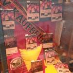 Zum siebzigjährigen Vereinsjubiläum des ESVK dekorierte die Kaufbeurer Buchhandlung Edele ein Schaufenster mit beiden Eishockeybüchern von Manfred Kraus (Oktober 2017)